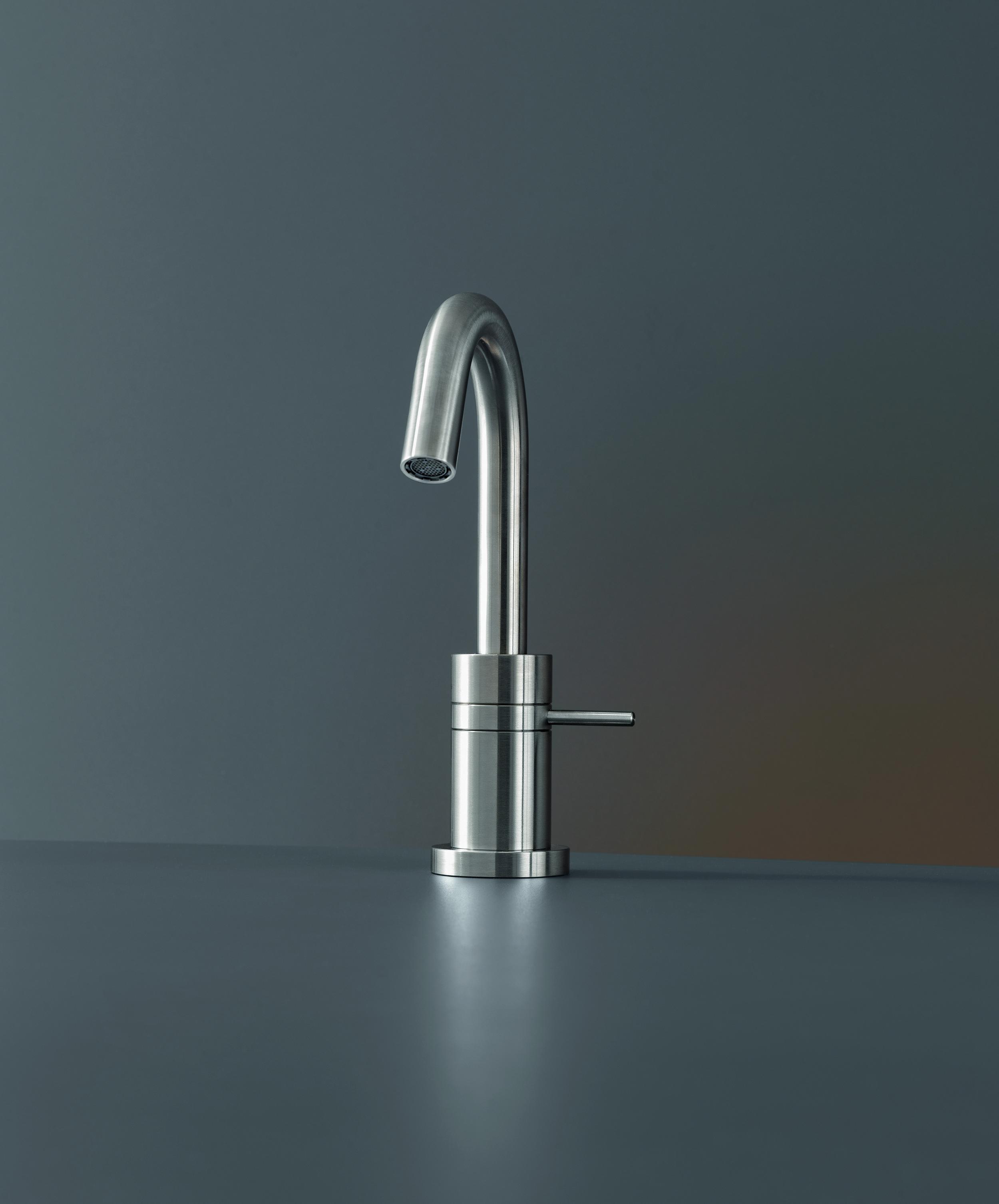 Contemporary Gradi Deck Mount Faucet | Hydrology
