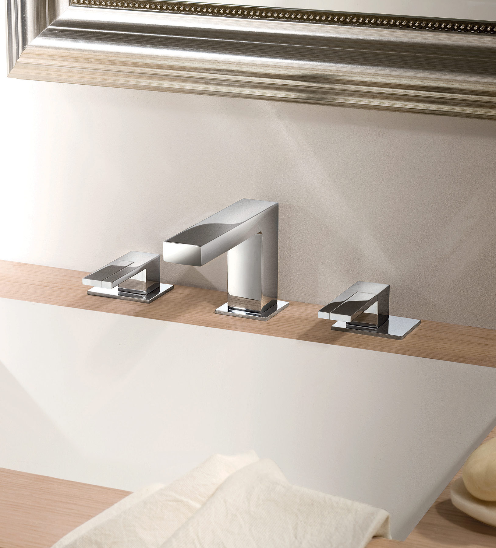 Contemporary Plano Deck Mount Faucet